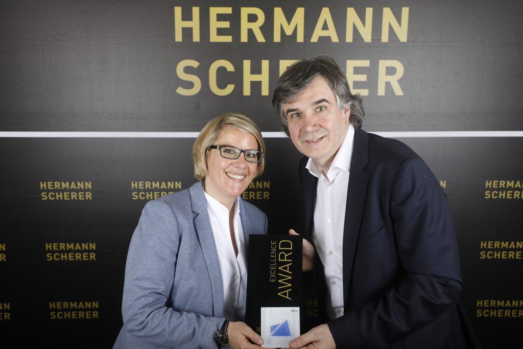Katja Voigt bekommt von Hermann Scherer den Publikumspreis überreicht. Sie ist Gewinnerin des weltgrößten Speaker Slam in München.