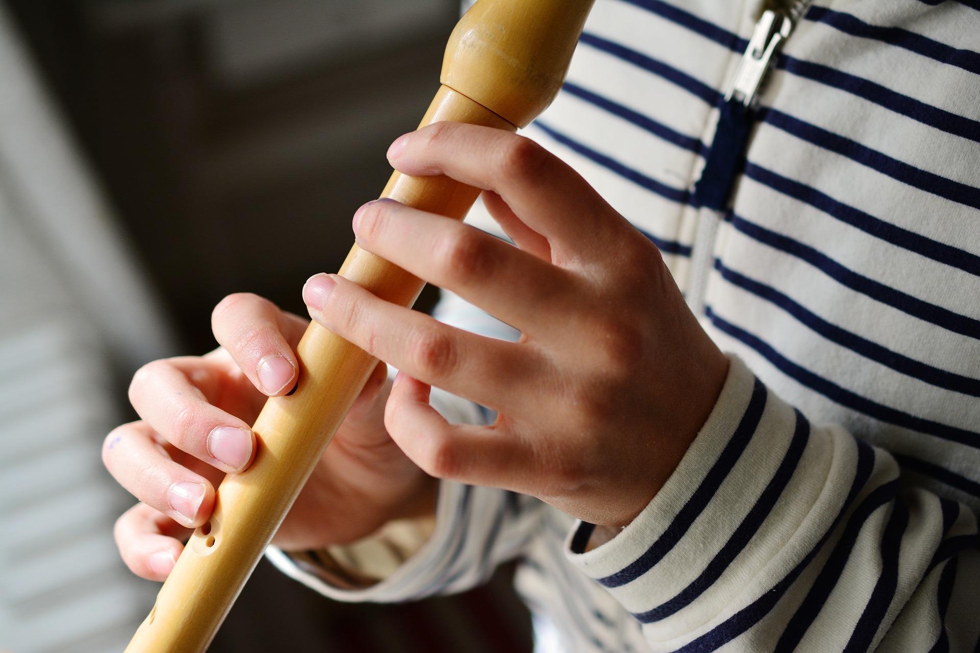 Person spielt Blockflöte - Blockflötentrauma
