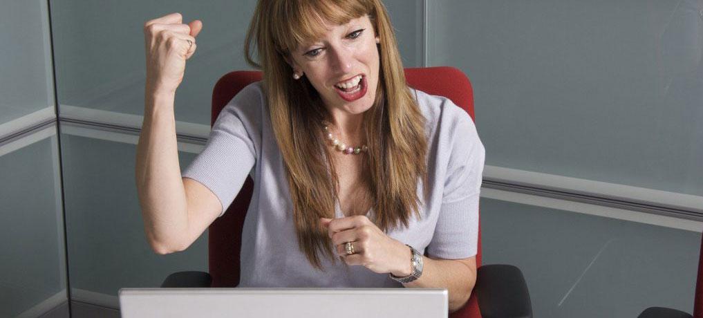 Frau sitzt verzweifelt am Laptop - Bullshit-Bingo